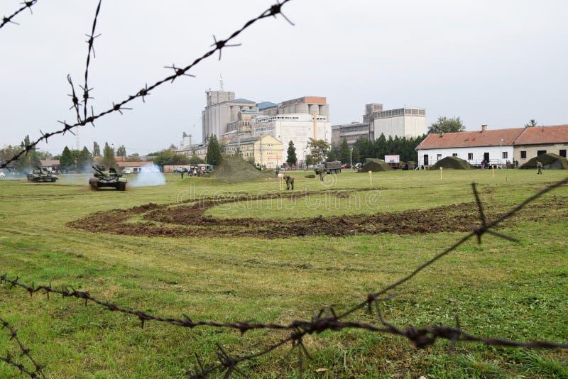 los tanques de ejército en el campo imagen de archivo