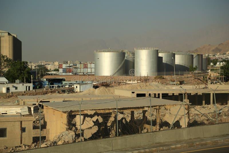 Los tanques de la capacidad grande en área industrial en la ciudad de Aqaba, Jordania fotografía de archivo libre de regalías
