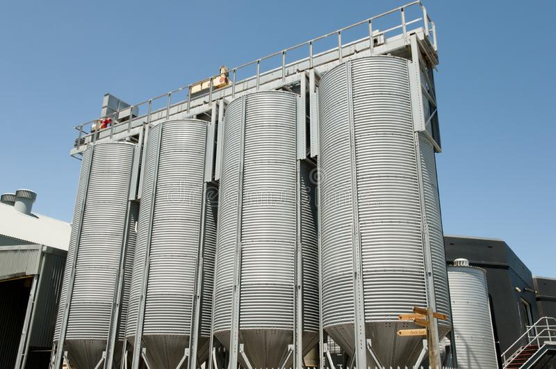 Los tanques de la cerveza foto de archivo
