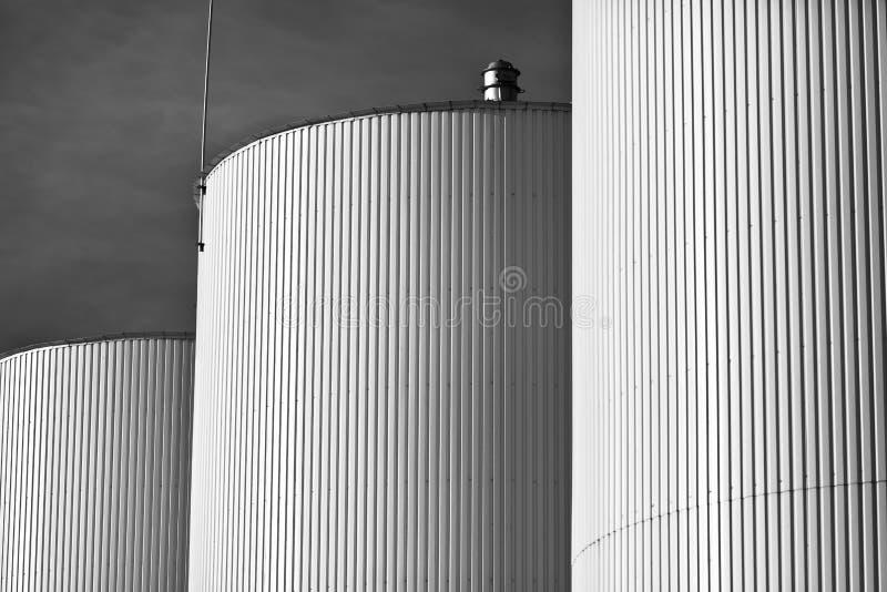 Los tanques de la refinería imagenes de archivo