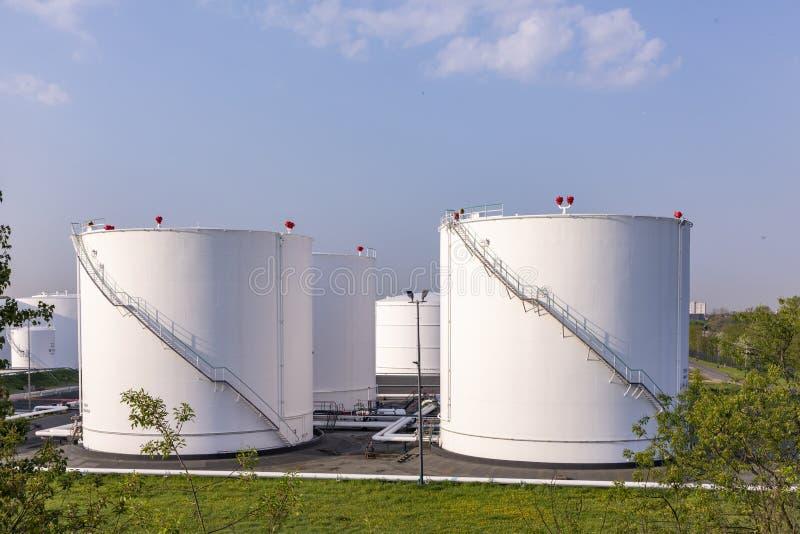 Los tanques de petróleo blanco imagenes de archivo