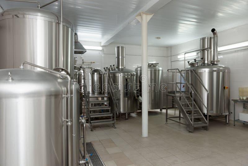 Los tanques del braceado, cervecería de pequeña capacidad imagen de archivo