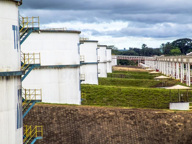 Los tanques del etanol en industria fotografía de archivo