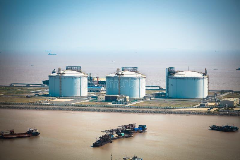 Los tanques del GASERO en el puerto fotografía de archivo libre de regalías