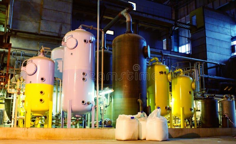Los tanques del tratamiento de aguas en la central eléctrica imágenes de archivo libres de regalías