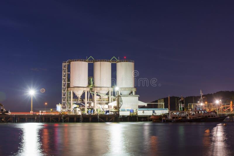 Los tanques en el puerto fotos de archivo