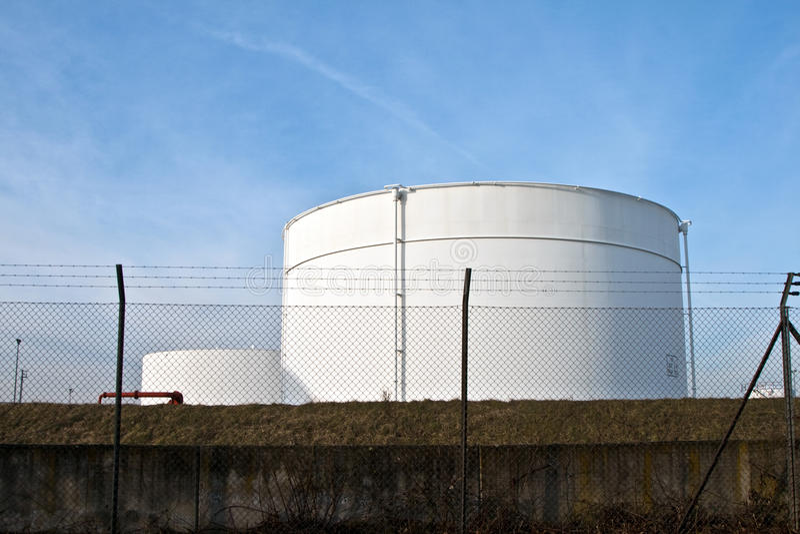 los tanques en granja del tanque con el cielo azul fotos de archivo libres de regalías