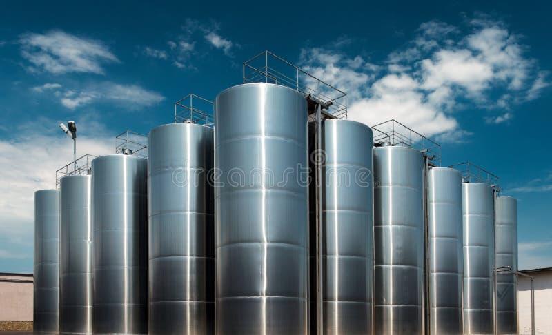 Los tanques enormes de la fábrica del vino del acero inoxidable tiraron afuera fotografía de archivo libre de regalías