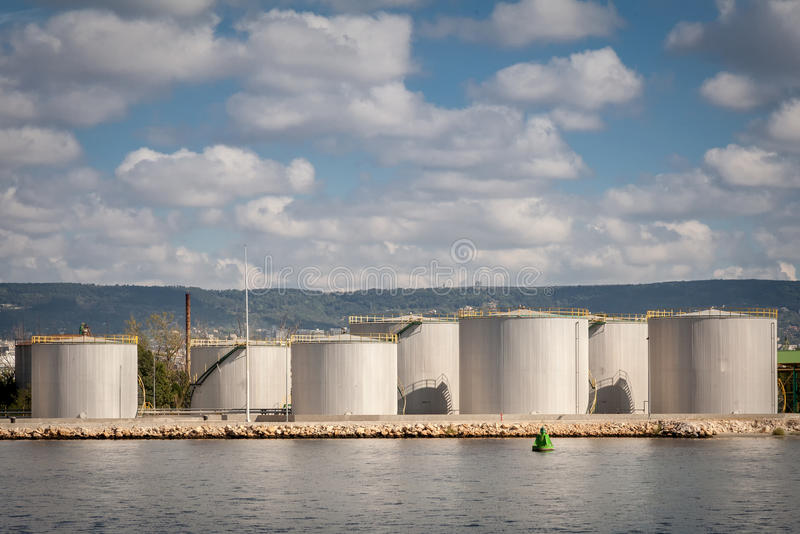 Los tanques grandes para la gasolina y el aceite, cielo nublado fotografía de archivo libre de regalías