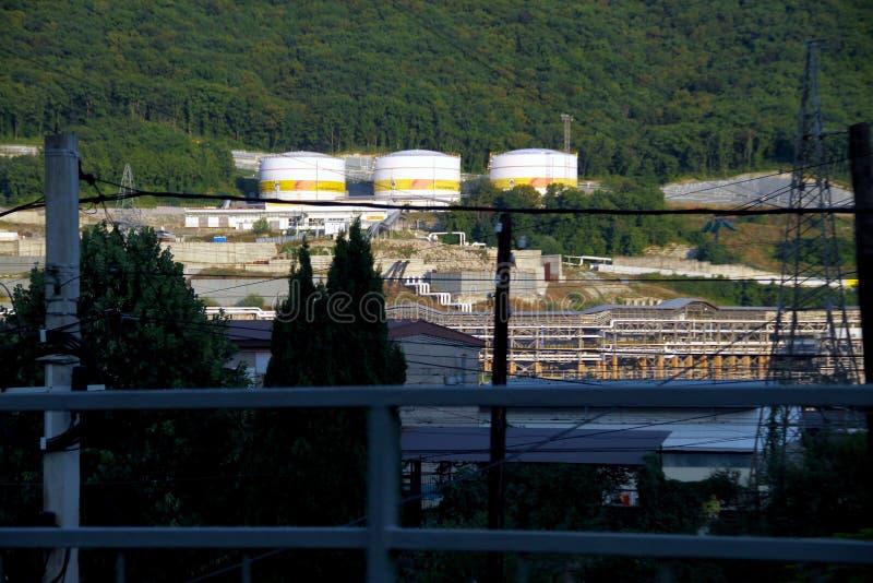 Los tanques industriales blancos grandes para el producto petroquímico o aceite o combustible en el puerto de cargamento del acei imagenes de archivo