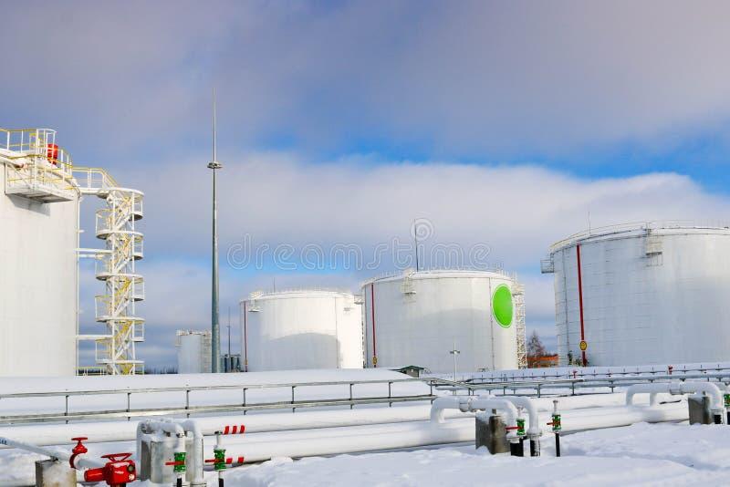 Los tanques industriales del metal blanco grande del hierro para el almacenamiento del combustible, gasolina y diesel y tubería c imagenes de archivo