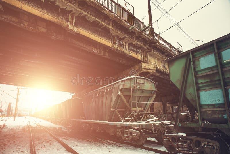 Los tanques o carros con el transporte del gas o del aceite o de carbón por el ferrocarril en la puesta del sol fotografía de archivo libre de regalías