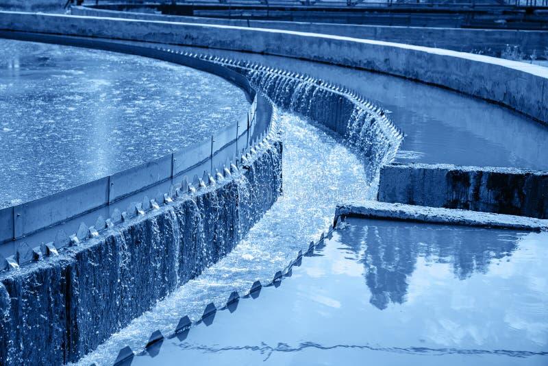 Los tanques o depósitos para el líquido de las aguas residuales de la aireación y de la purificación o del limpiamiento con barro imagenes de archivo