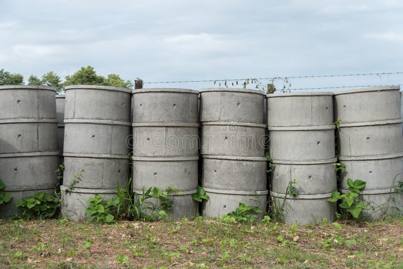 Los tanques sépticos concretos apilados al aire libre fotos de archivo