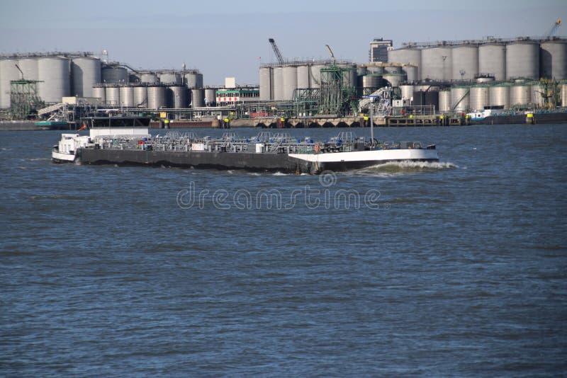 los tanques y naves interiores en el agua del puerto de Rotterdam imágenes de archivo libres de regalías