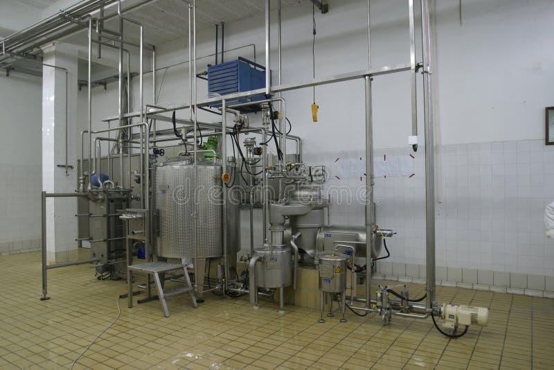 Los tanques y tubos de temperatura controlada en lechería moderna imagenes de archivo