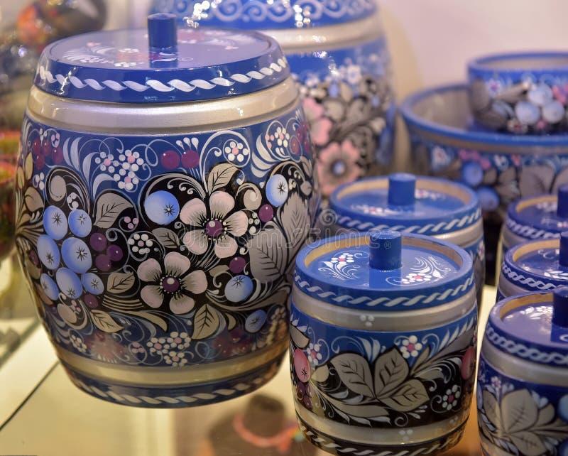 Los tarros de madera pintaron en azul del Ruso-estilo imagen de archivo libre de regalías