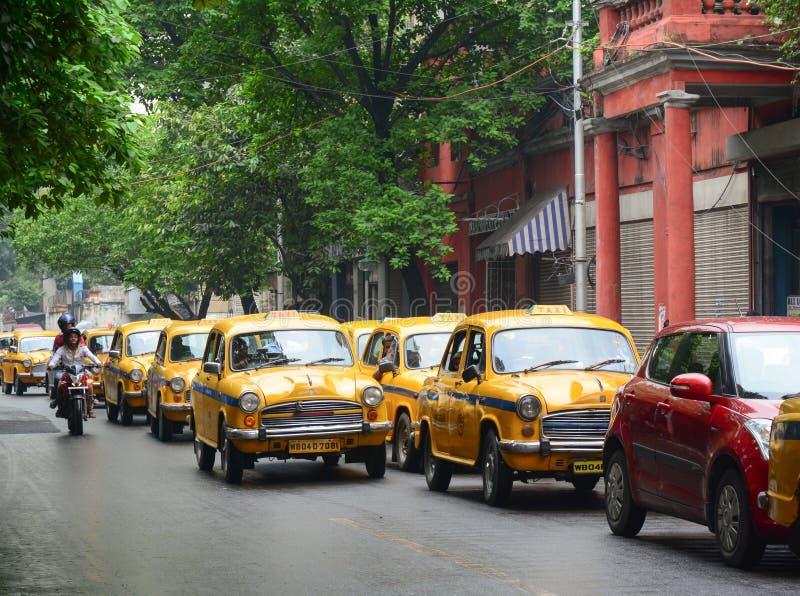 Los taxis corren en la calle en Kolkata, la India fotos de archivo libres de regalías