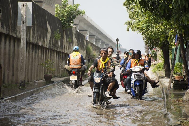 Los taxis de la motocicleta y la inundación pasajera gente que lleva del voluntario en el camino van a golpear el templo del pai fotos de archivo libres de regalías