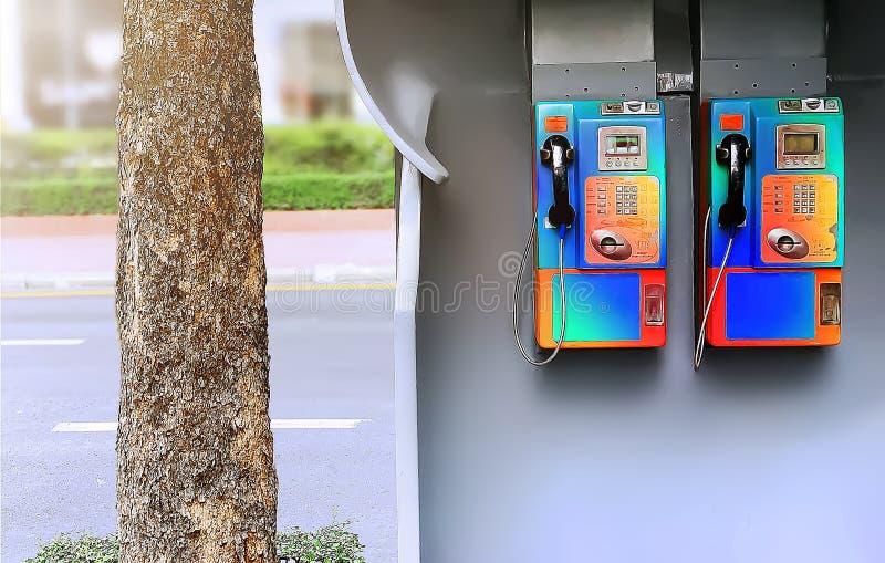 Los teléfonos de pago inusitados duales en el sendero foto de archivo libre de regalías