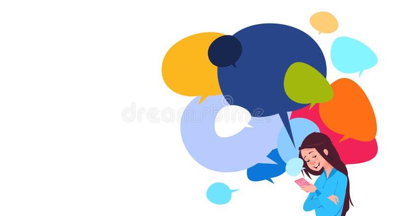 Los teléfonos elegantes de la célula de tenencia de la mensajería de la chica joven sobre charla colorida burbujean Social Media  ilustración del vector