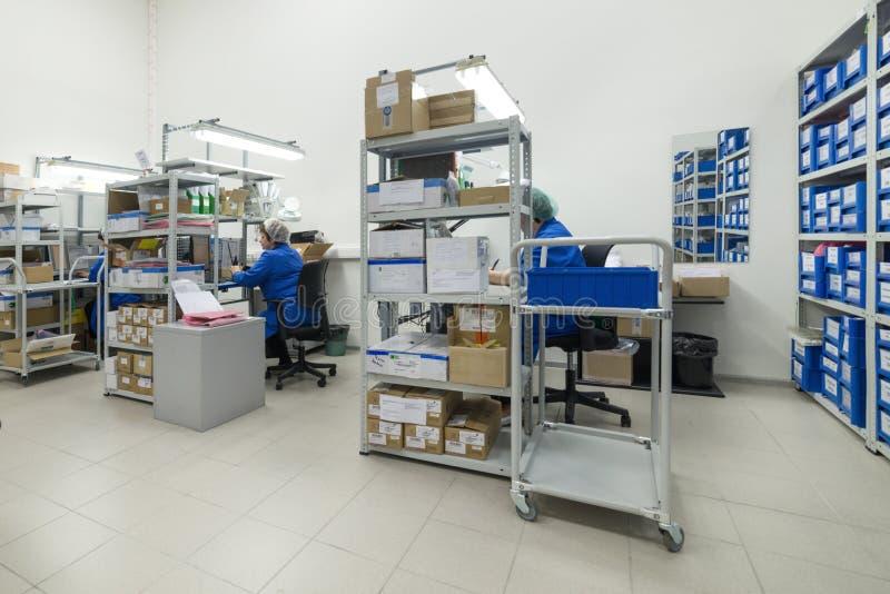 Los tenderos elaboran documentos Warehouse de los componentes de la instalación de producción de la electrónica imágenes de archivo libres de regalías