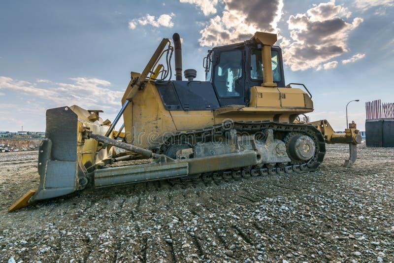 Los terraplénes de ejecución del excavador trabajan en los trabajos de la extensión de la carretera de Madrid-Segovia-Valladolid imágenes de archivo libres de regalías
