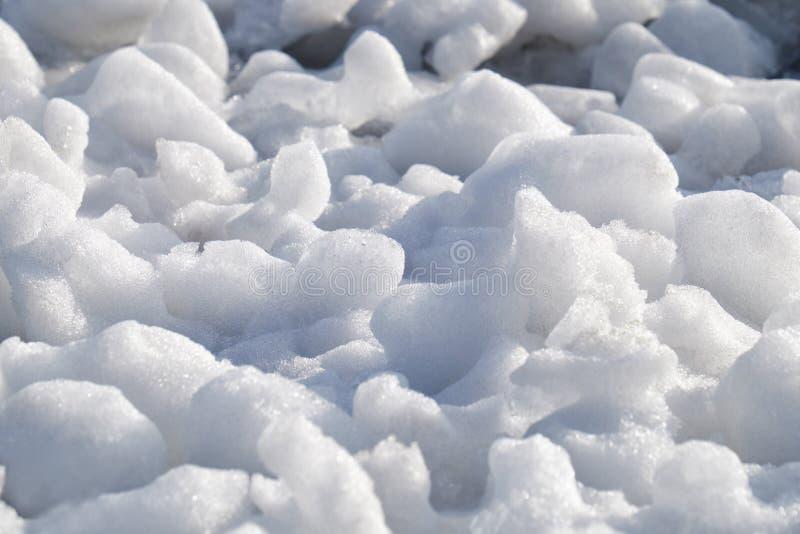 Los terrones del frazil de la nieve y del hielo en la superficie de la congelación rive fotografía de archivo