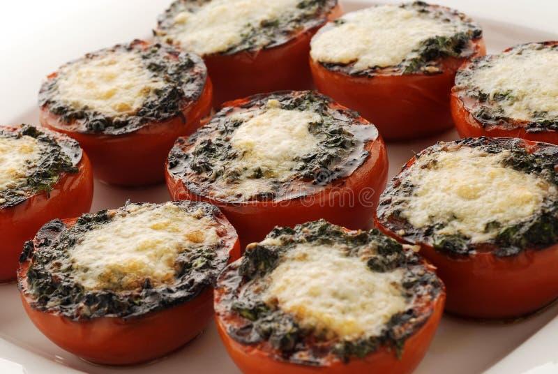 Los tomates rellenos con queso cocieron en el horno imagen de archivo libre de regalías