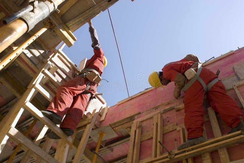 Los trabajadores construyen la nueva pared - horizontal imágenes de archivo libres de regalías