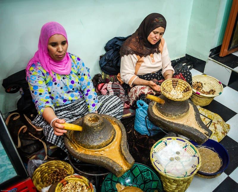 Mujeres que procesan el aceite del argan imagen de archivo
