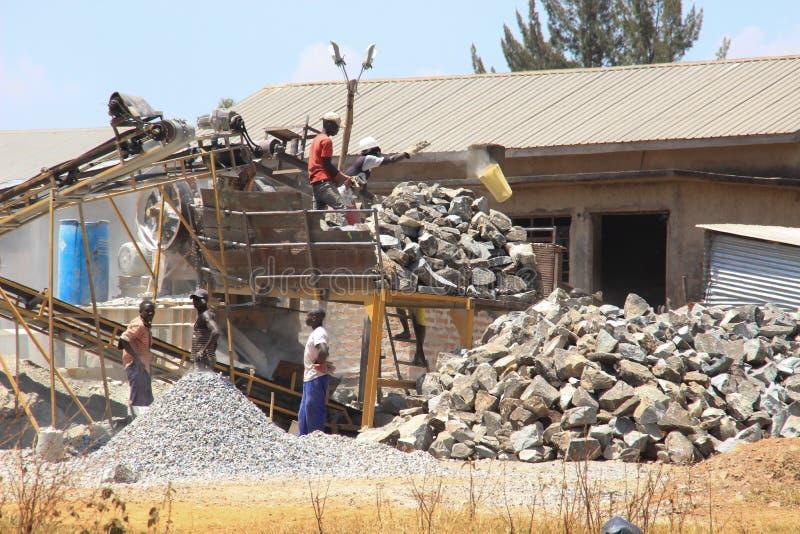 Los trabajadores de sexo masculino est?n trabajando en condiciones duras en una mina africana que hace el trabajo manual fotografía de archivo libre de regalías