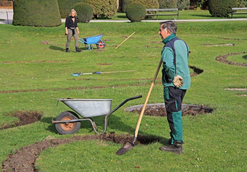 Los trabajadores del jardín están cavando en el parque de Viena, Austria fotografía de archivo libre de regalías
