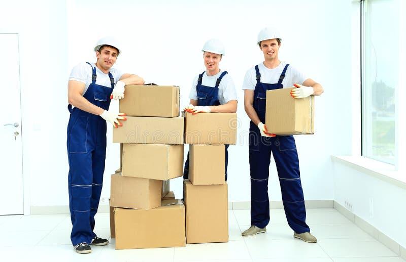 Los trabajadores descargan las cajas imagen de archivo