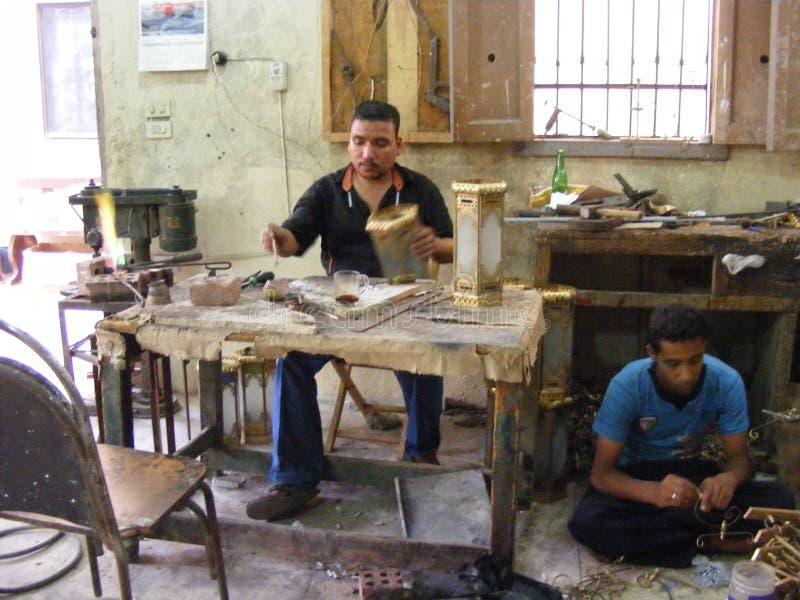 los trabajadores El Cairo viejo que hace la cerámica hecha a mano en el área El Cairo del fostat fokhareen los gergis concepto y  fotos de archivo libres de regalías