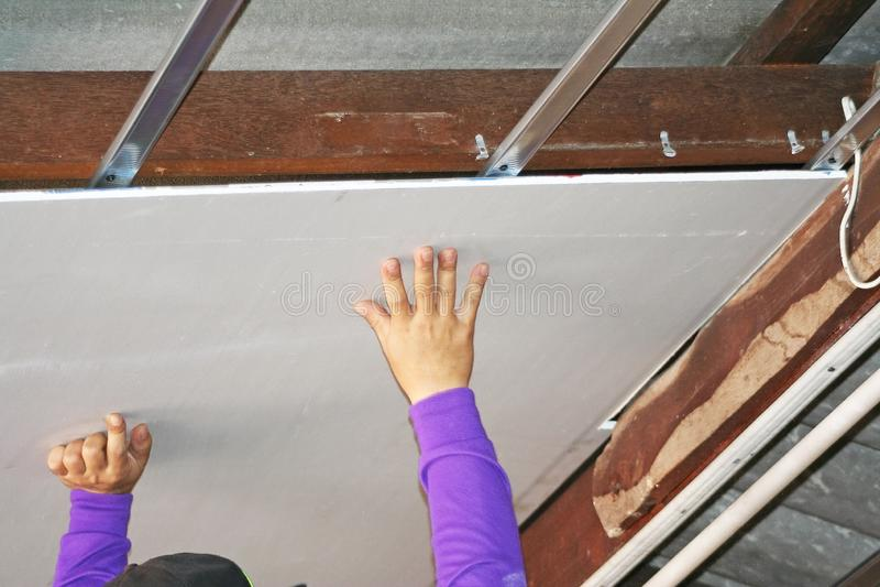 Los trabajadores están instalando techos cubren foto de archivo libre de regalías