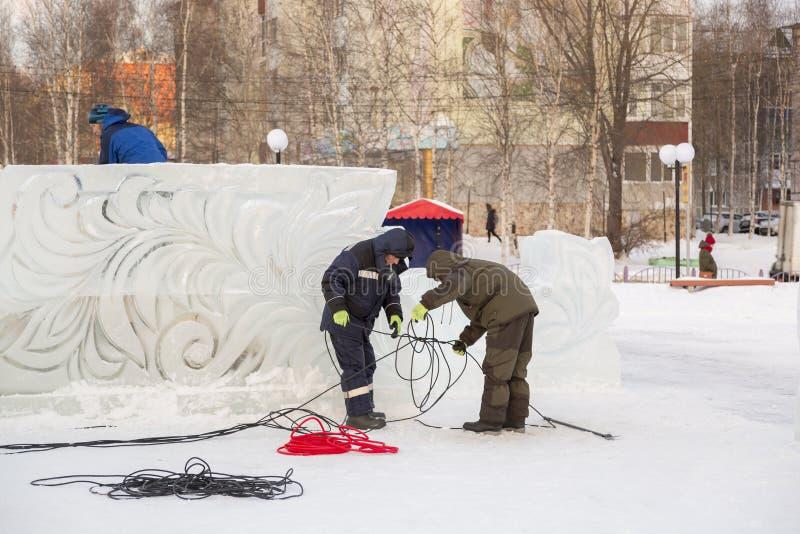 Los trabajadores están montando un cable de transmisión para encenderse imagen de archivo libre de regalías