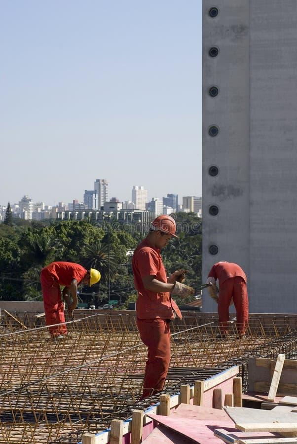 Los trabajadores instalan el Rebar - vertical fotografía de archivo libre de regalías