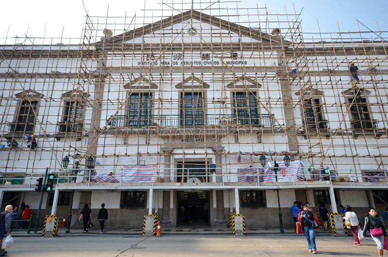 Los trabajadores reparan los asuntos cívicos y municipales Bureaumore en Macao fotografía de archivo