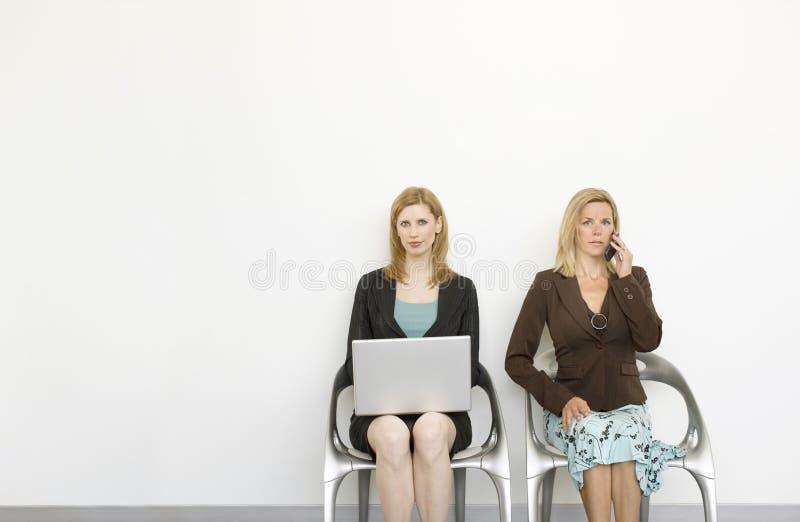 Los trabajadores se sientan en sillas foto de archivo libre de regalías