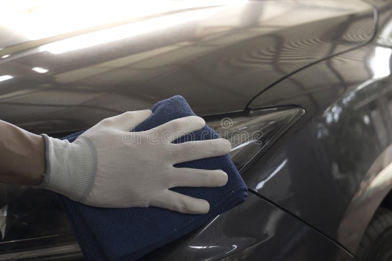 Los trabajadores utilizan trapos del coche imagen de archivo libre de regalías