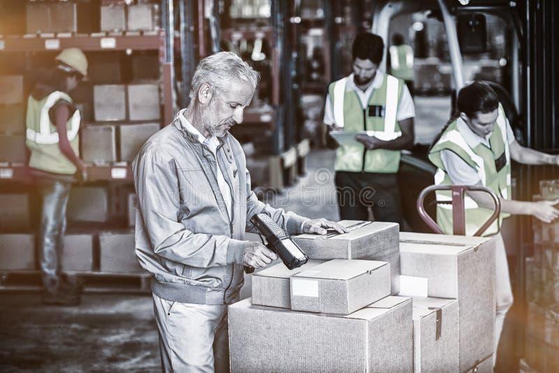 Los trabajadores y el encargado están trabajando imagen de archivo libre de regalías