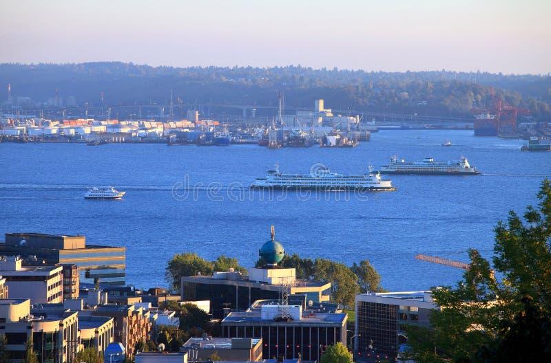 Los transbordadores transportan en la bahía de Seattle. imagen de archivo libre de regalías