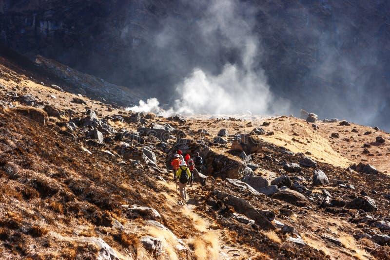 Los Trekkers que vuelven del campo bajo de Annapurna emigran, Nepal imagen de archivo libre de regalías