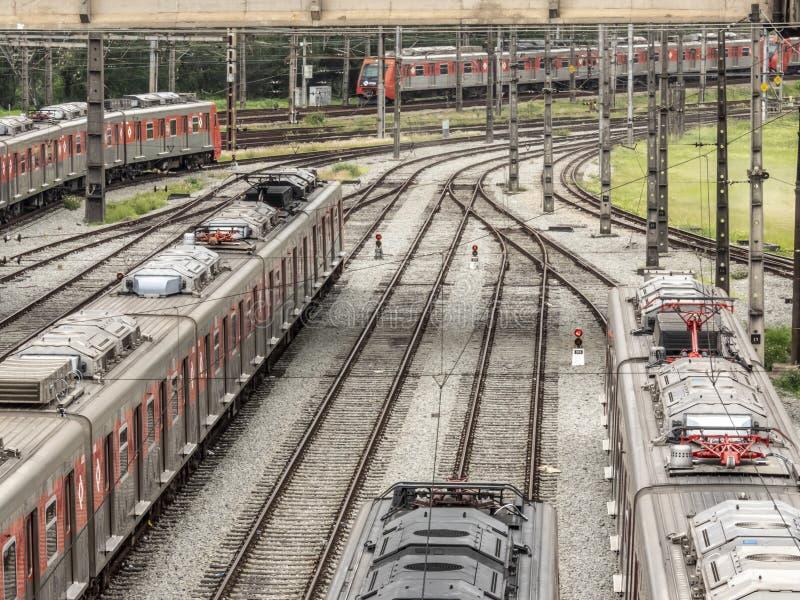 Los trenes parquearon en la yarda que maniobraba de la estaci?n de Presidente Altino en Osaco imagen de archivo