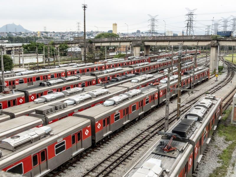 Los trenes parquearon en la yarda que maniobraba de la estaci?n de Presidente Altino en Osaco fotografía de archivo libre de regalías