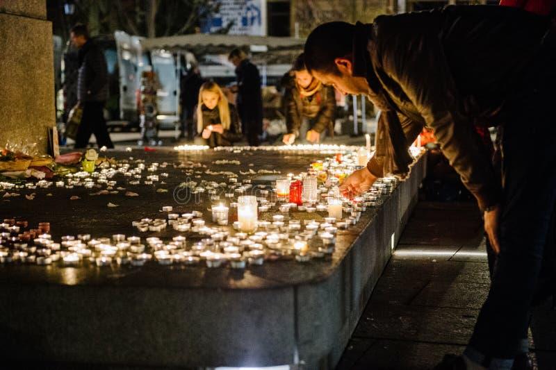 Los tributos que son presentados después de la París atacan los ataques af de París imagen de archivo