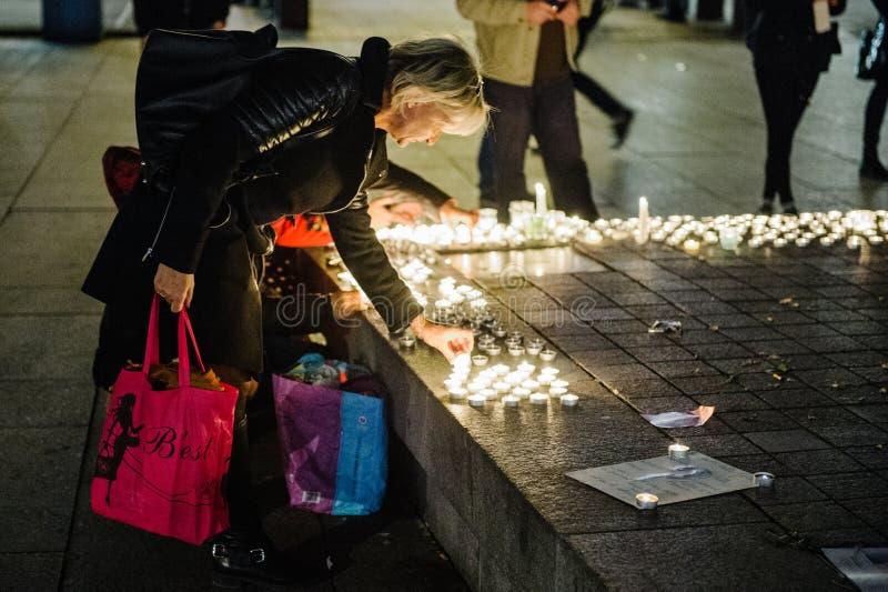 Los tributos que son presentados después de la París atacan los ataques af de París imágenes de archivo libres de regalías