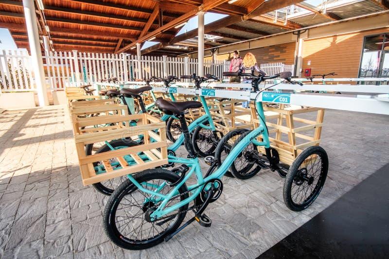 Los triciclos bikes Bolonia italiana de Fico Eataly de la comida del supermercado foto de archivo