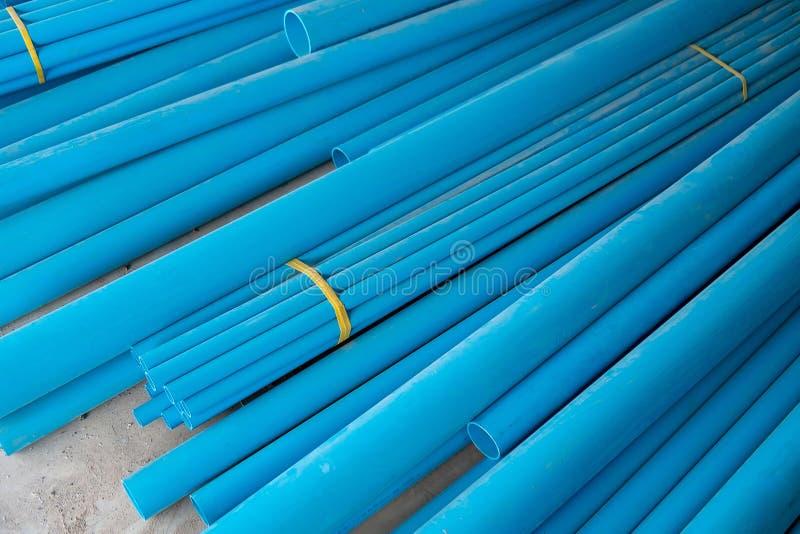 Los tubos de agua del PVC apilan en el piso del sitio de construcción foto de archivo libre de regalías